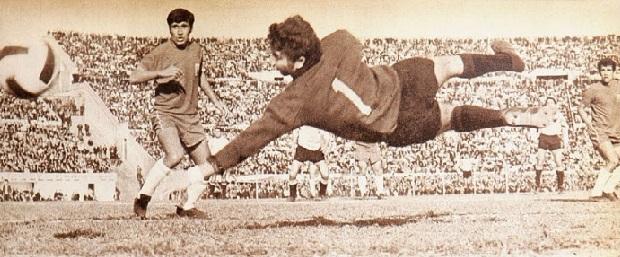 Adolfo Nef protagoniza una vistosa jugada en el Uruguay 2 Chile 0 rumbo a México '70.