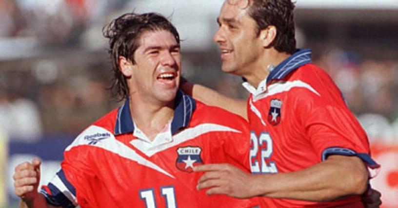 Marcelo Salas celebra junto a Juan Carreño, autor del último gol de Chile rumbo a Francia '98